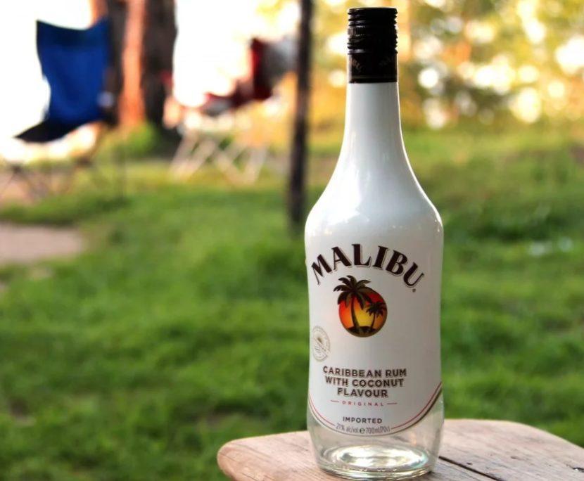 Бутылка ликера Малибу