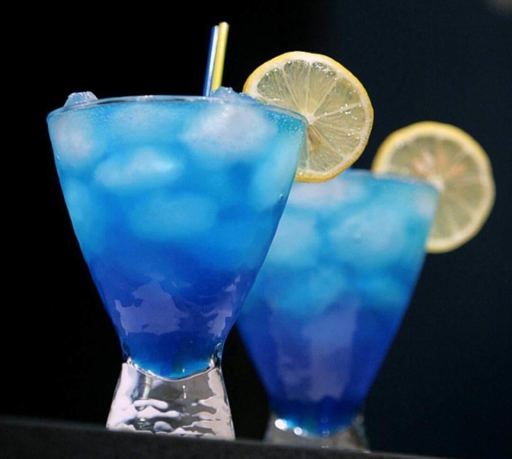 Blue Curacao в бокале