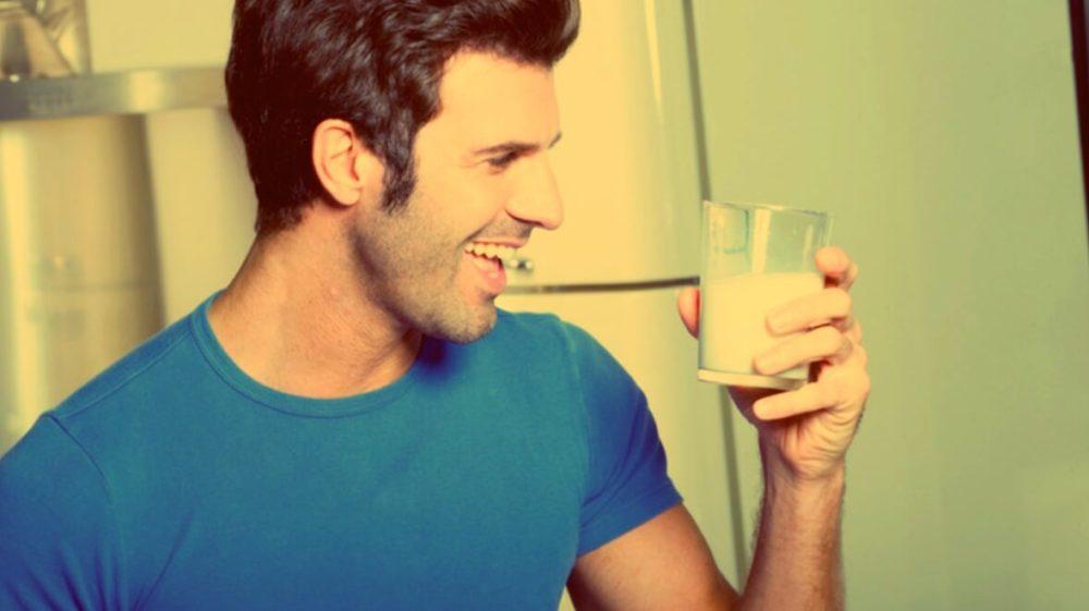 Мужчина держит стакан